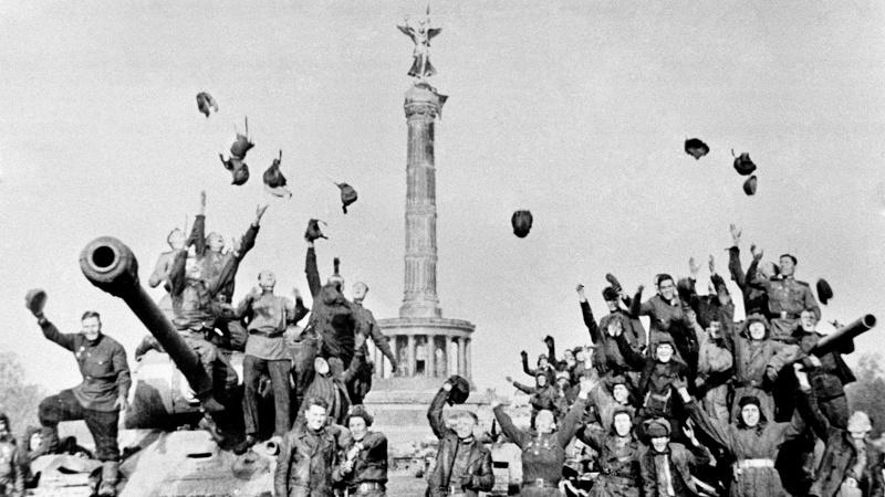 Советские танкистыы у колонны Победы в Берлине, 1945 год. Фото: Марк Редькин / ТАСС; tass.ru