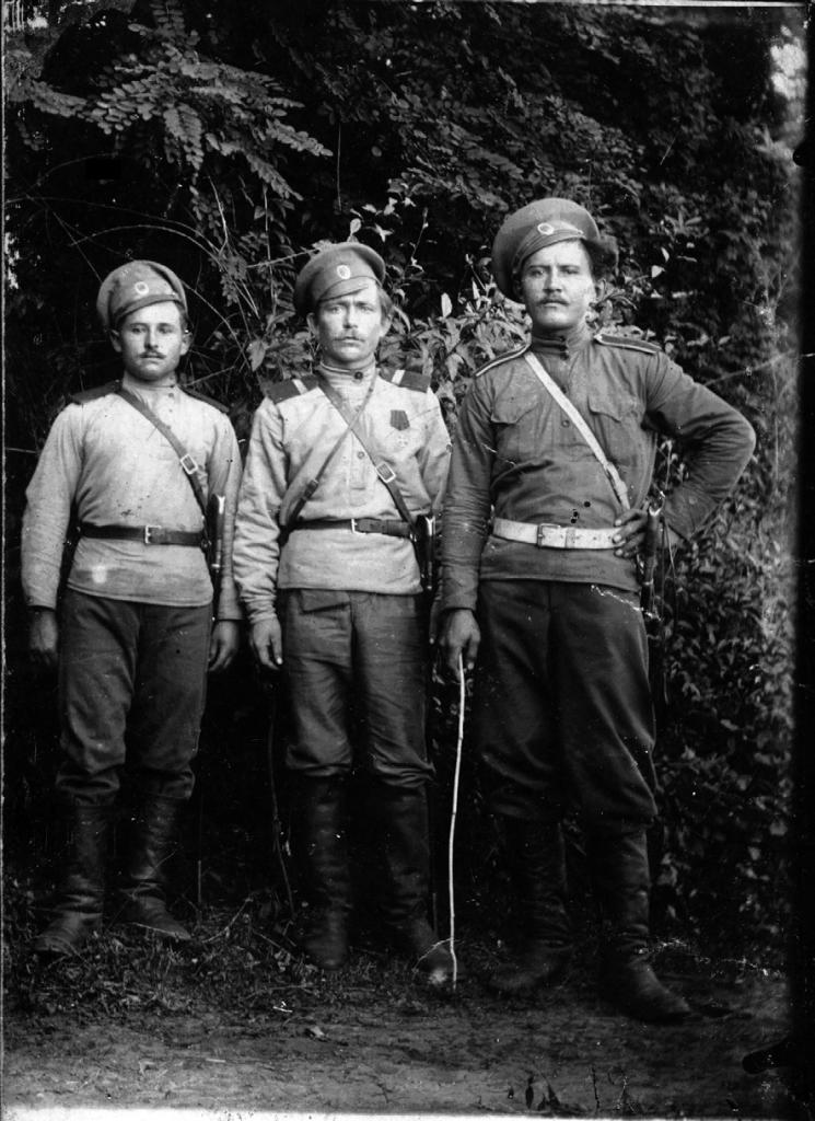 Лука Андреевич Димов (первый слева)